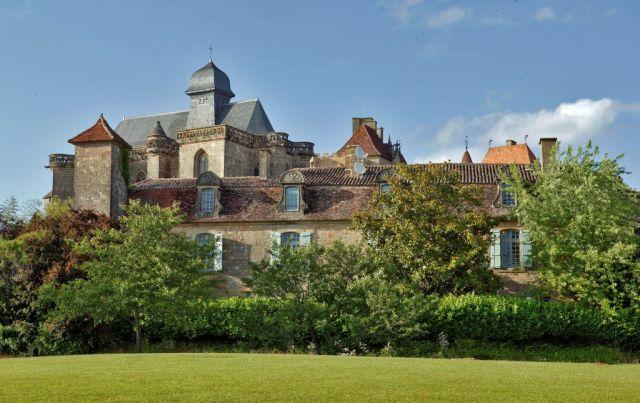 Vue du Château de Biron depuis un terrain