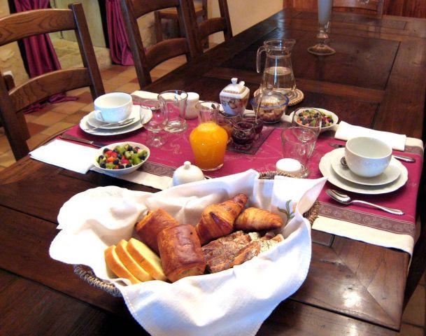 Petit déjeuné composé de croissants, jus d'orange et café