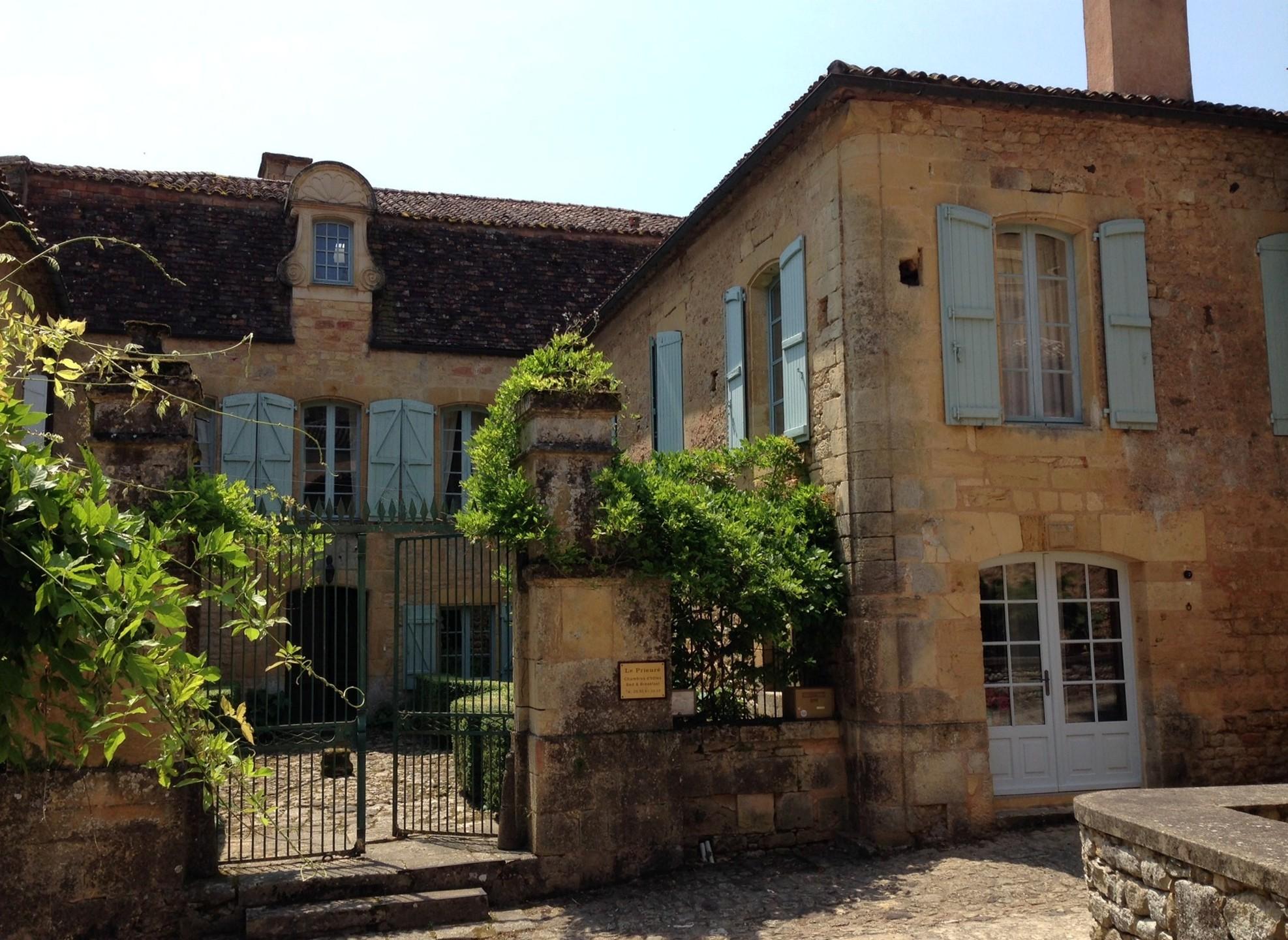 Le Prieuré du Château de Biron côté village